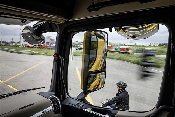 Actros 1863 LS mit Active Brake Assist 4 und Abbiege-Assistent